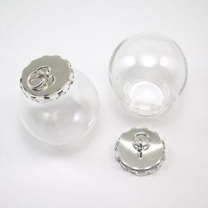 Liten glasglob med silverpläterad fattning